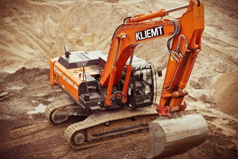 canva-orange-kliemt-excavator-on-brown-soil-MADGxqn4pcw